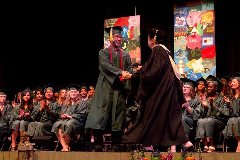 在美国高中毕业,校长颁发毕业证.jpg